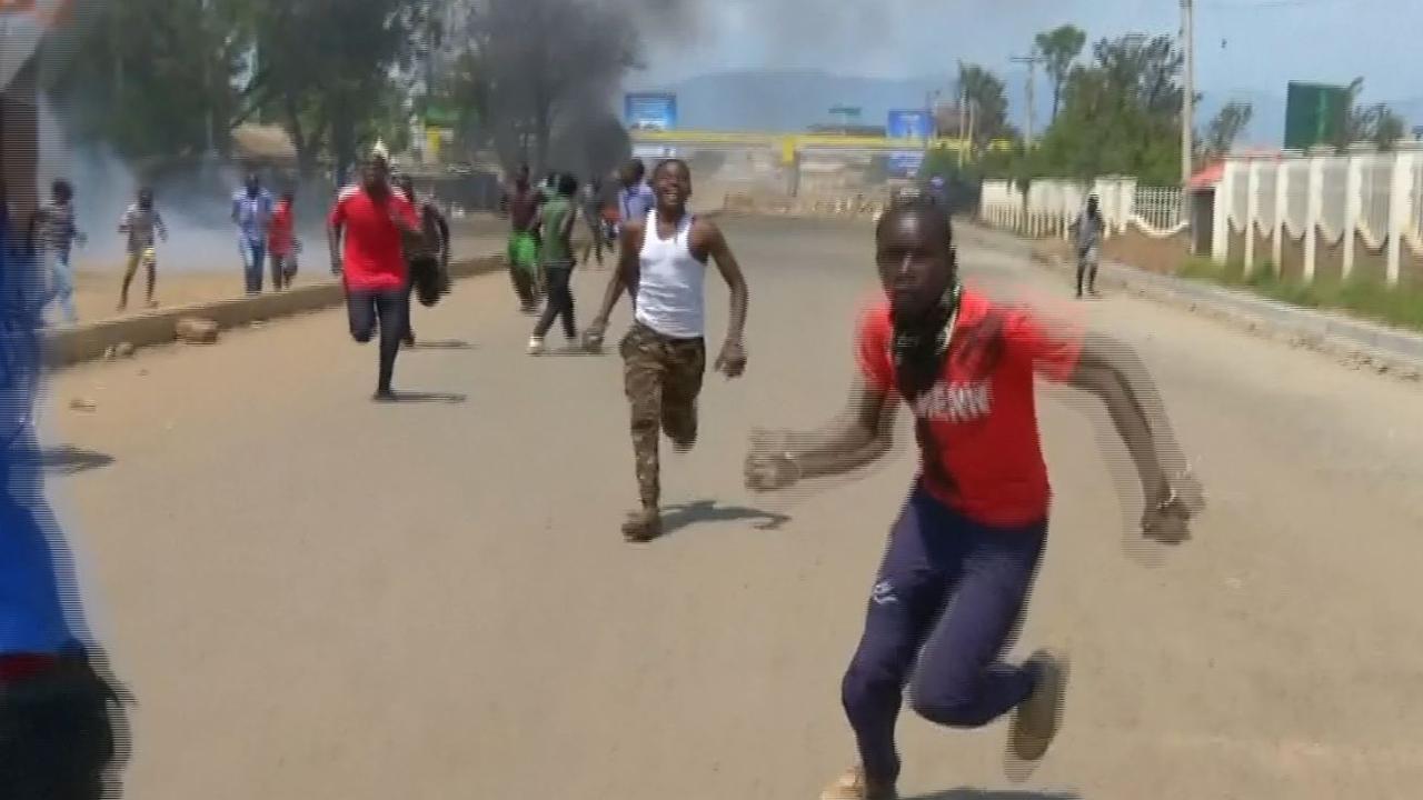 Demonstranten in Kenia stichten brand en gooien met stenen