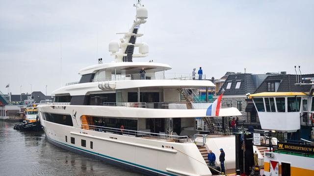 Superjacht Samaya vaart door Alphen aan den Rijn
