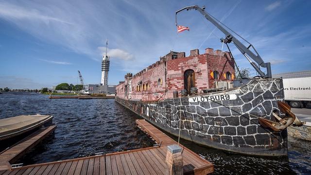 Museumschip Kasteel Vlotburg vertrokken uit Rijnhaven