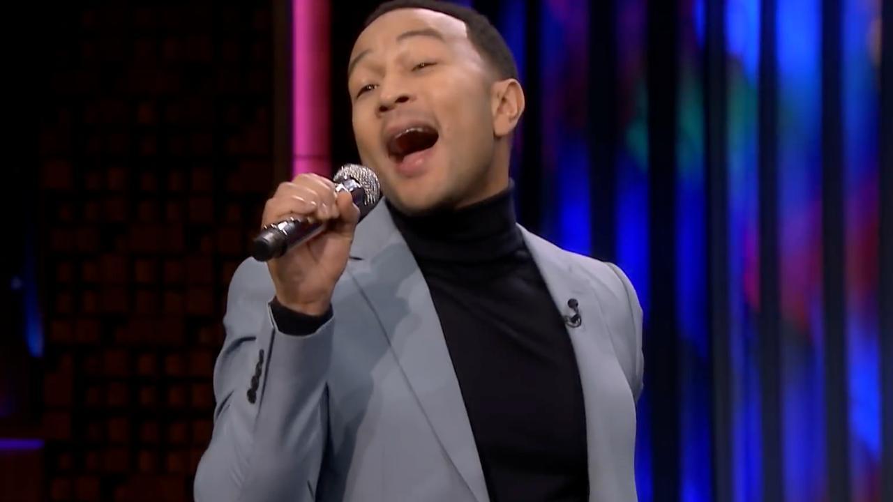 John Legend playbackt door barbezoekers gezongen nummer