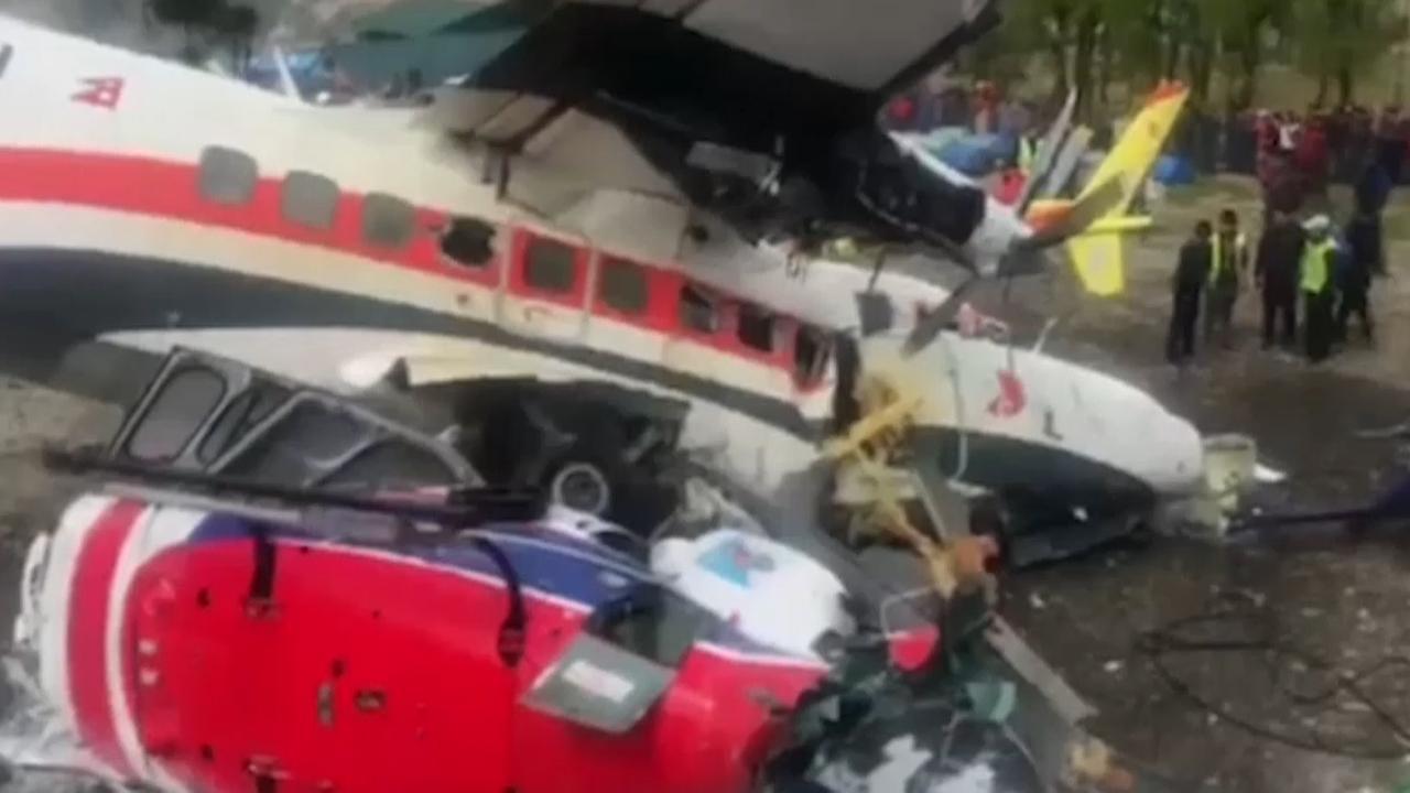 Ravage na botsing klein vliegtuig met helikopters in Nepal