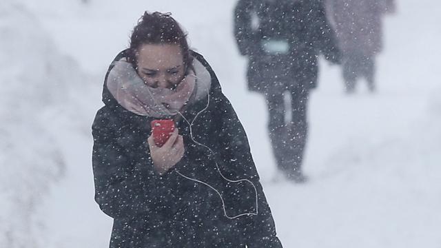 Waarom lopen accu's van smartphones sneller leeg als het koud is?