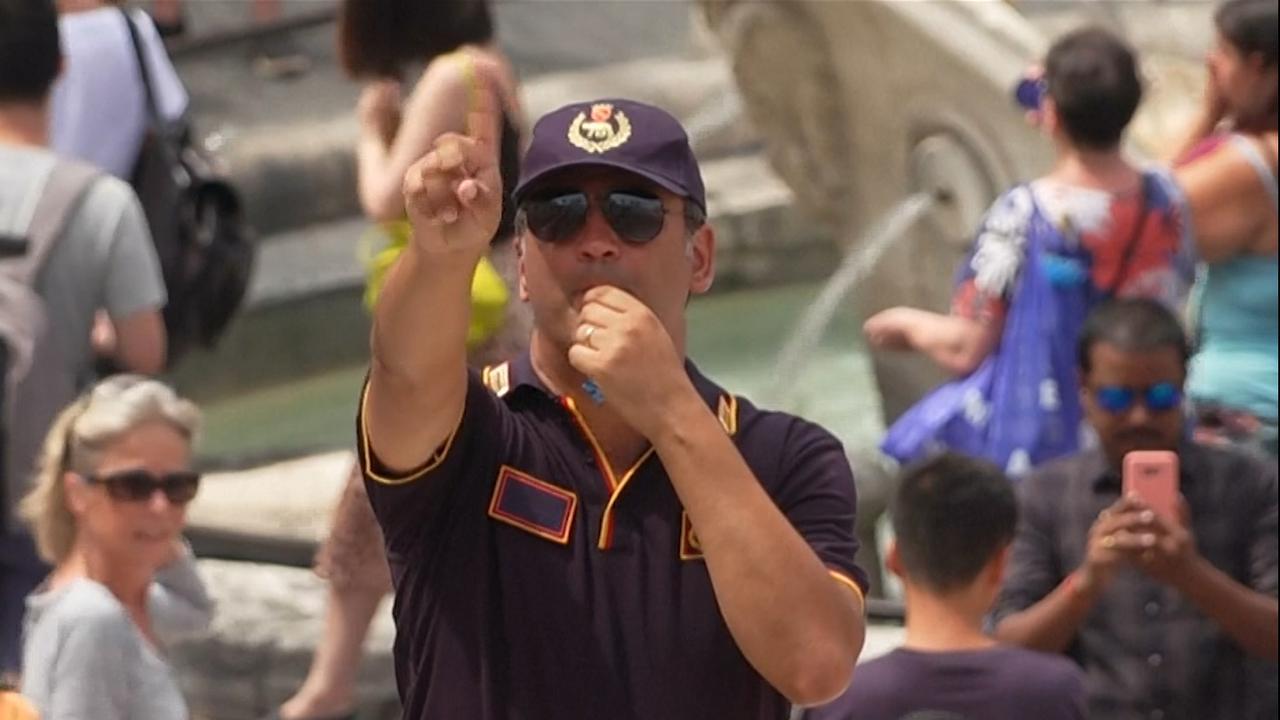 Politie verjaagt zittende toeristen van Spaanse Trappen in Rome