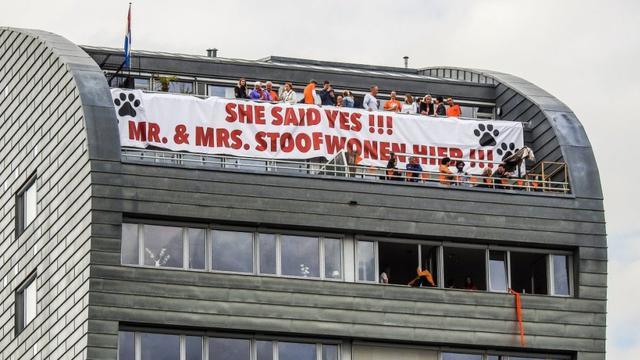 Man vraagt vriendin ten huwelijk tijdens 538 Koningsdag