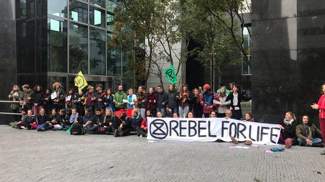 Alle 50 op de Zuidas aangehouden klimaatactivisten zijn vrijgelaten