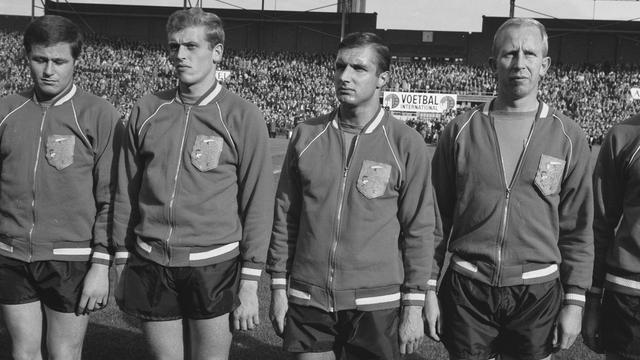 Rinus Israël (links) voorafgaand aan de interland Nederland-Zwitserland in 1965.