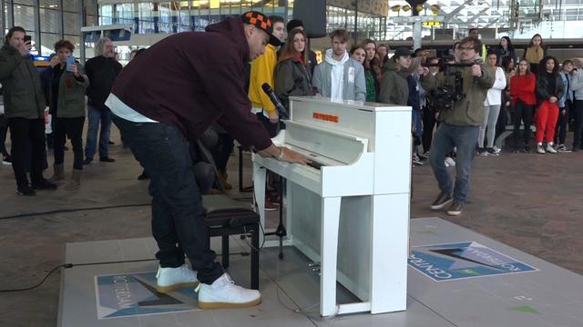 Afrojack geeft feestje op Rotterdam Centraal met flashmob