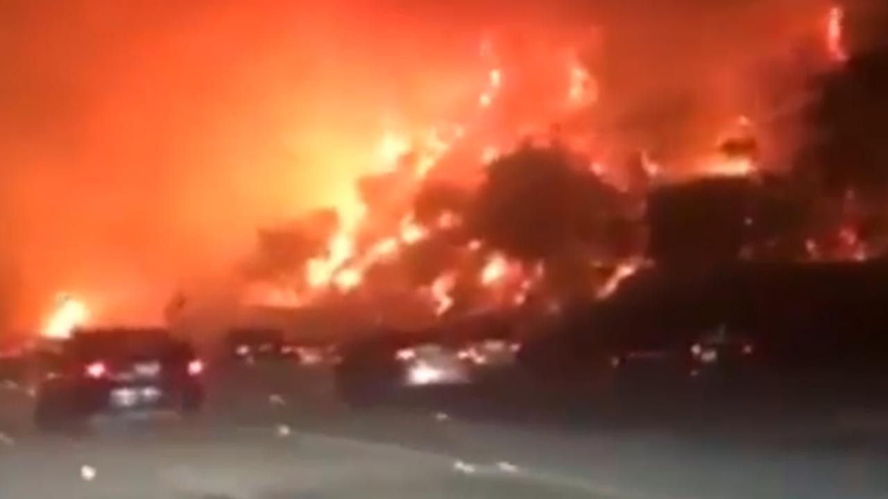 Compilatie: Dashcams filmen grote bosbrand langs snelweg Californië