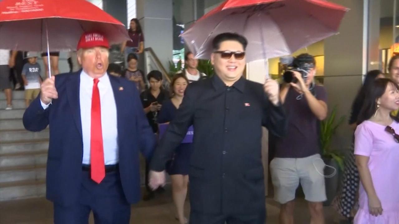 Trump en Kim lookalikes lopen hand in hand