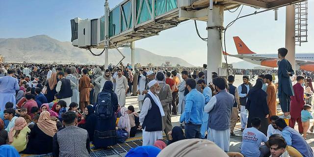 Amerikaanse militairen schieten in de lucht bij chaos op vliegveld bij Kaboel