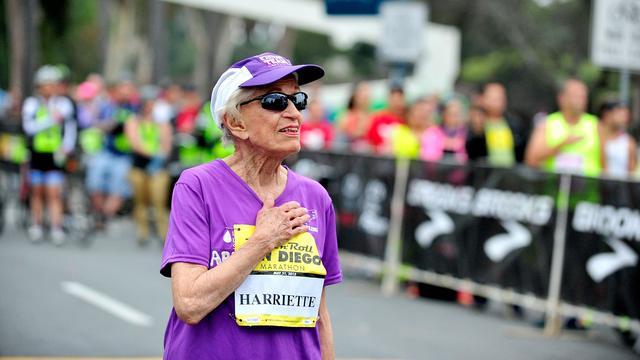 92-jarige ex-kankerpatiënt loopt marathon San Diego uit