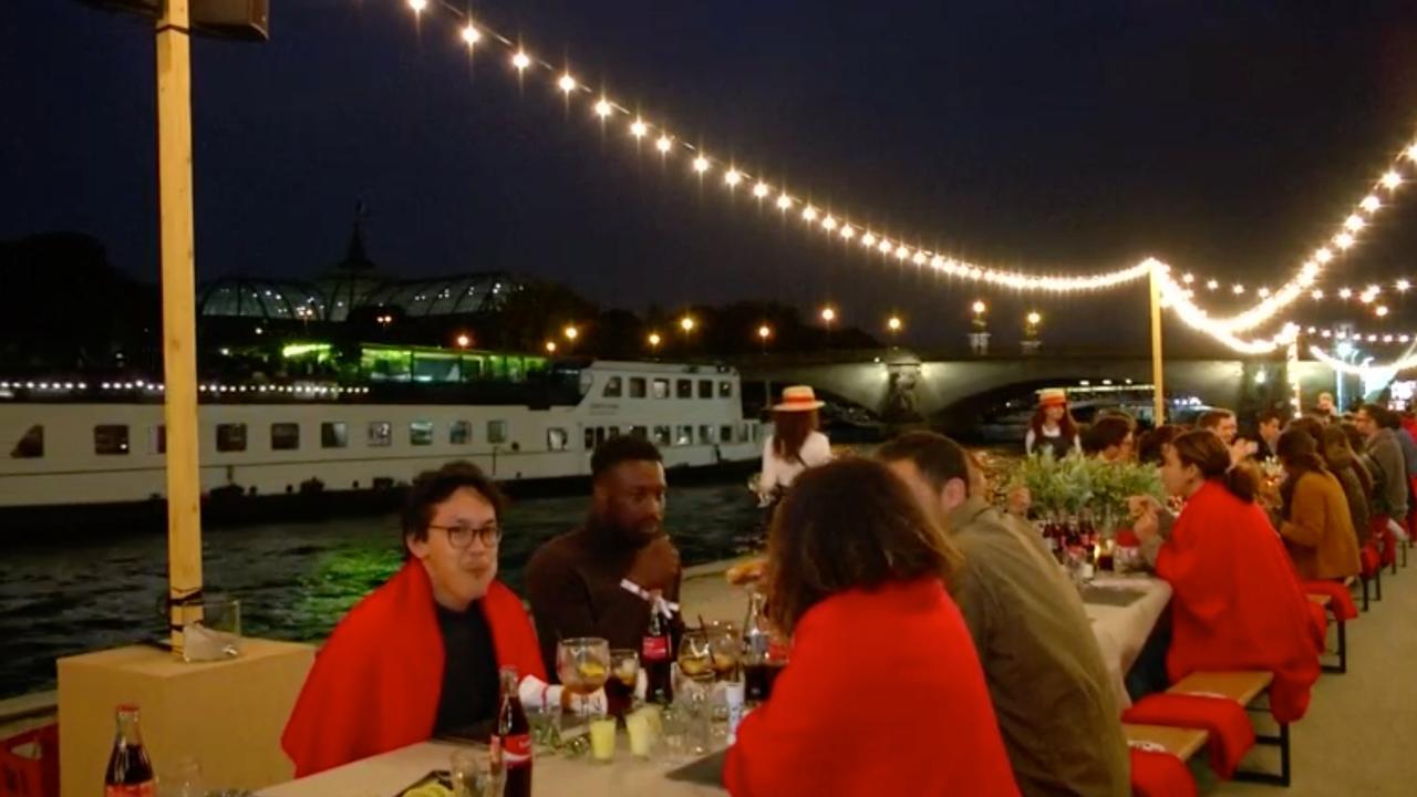 Vijfhonderd mensen dineren buiten aan de Seine in Parijs