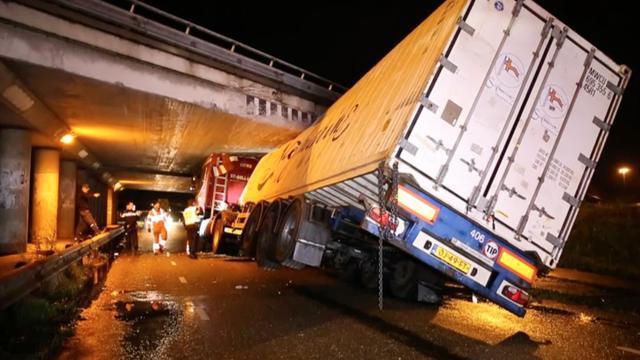Grote puinhoop door klemgereden vrachtwagen onder viaduct in Hank