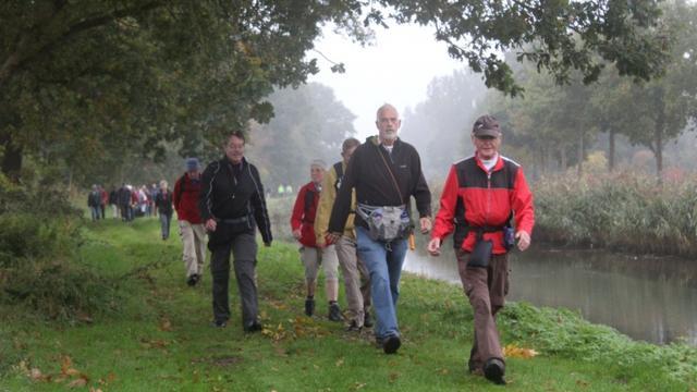 Regenachtige start van derde dag Sallandse Wandelvierdaagse