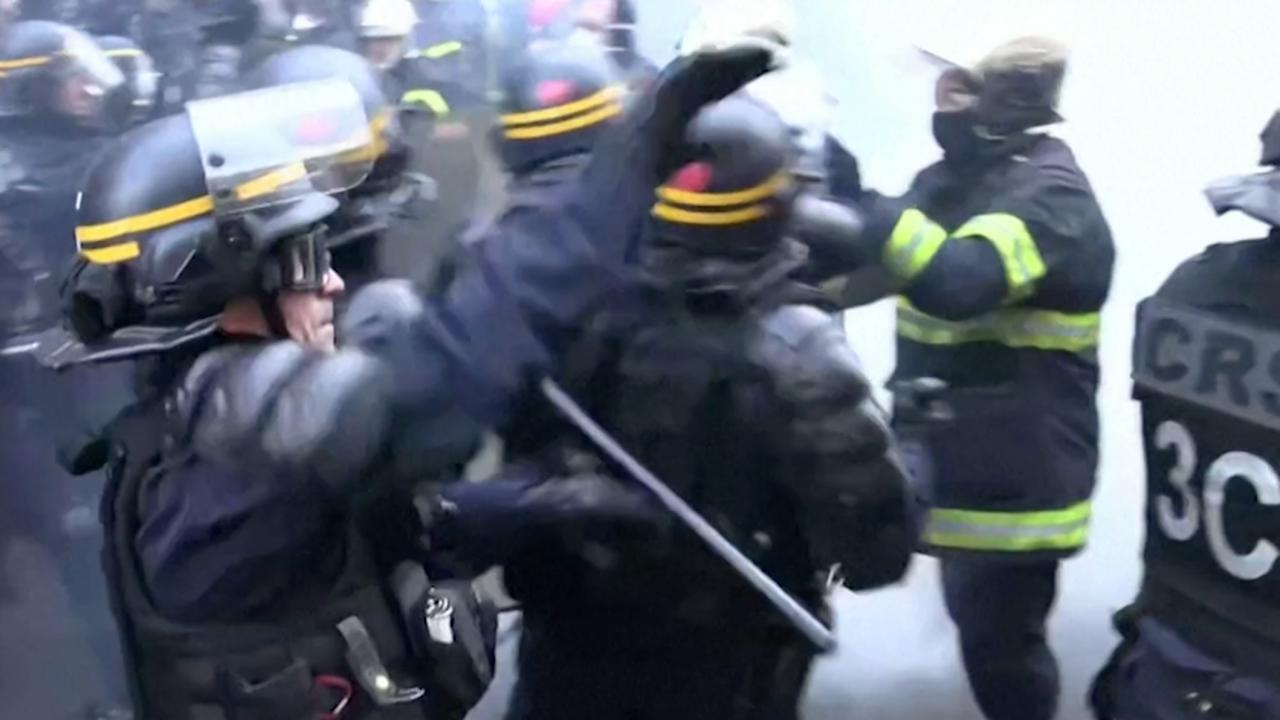 Protesterende brandweer op de vuist met politie in Parijs