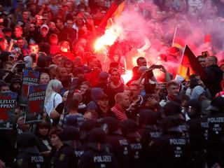 Duizenden rechtse en linkse demonstranten op de been