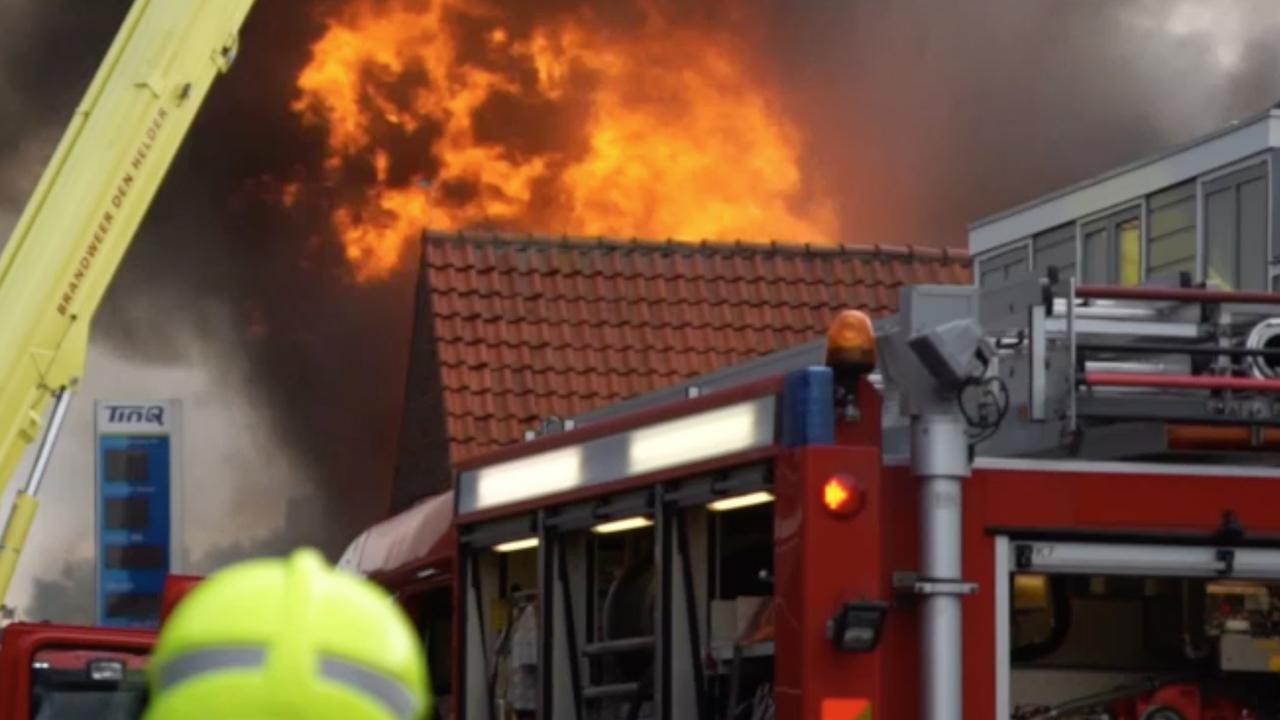 Brandweer blust zeer grote brand in 't Zand