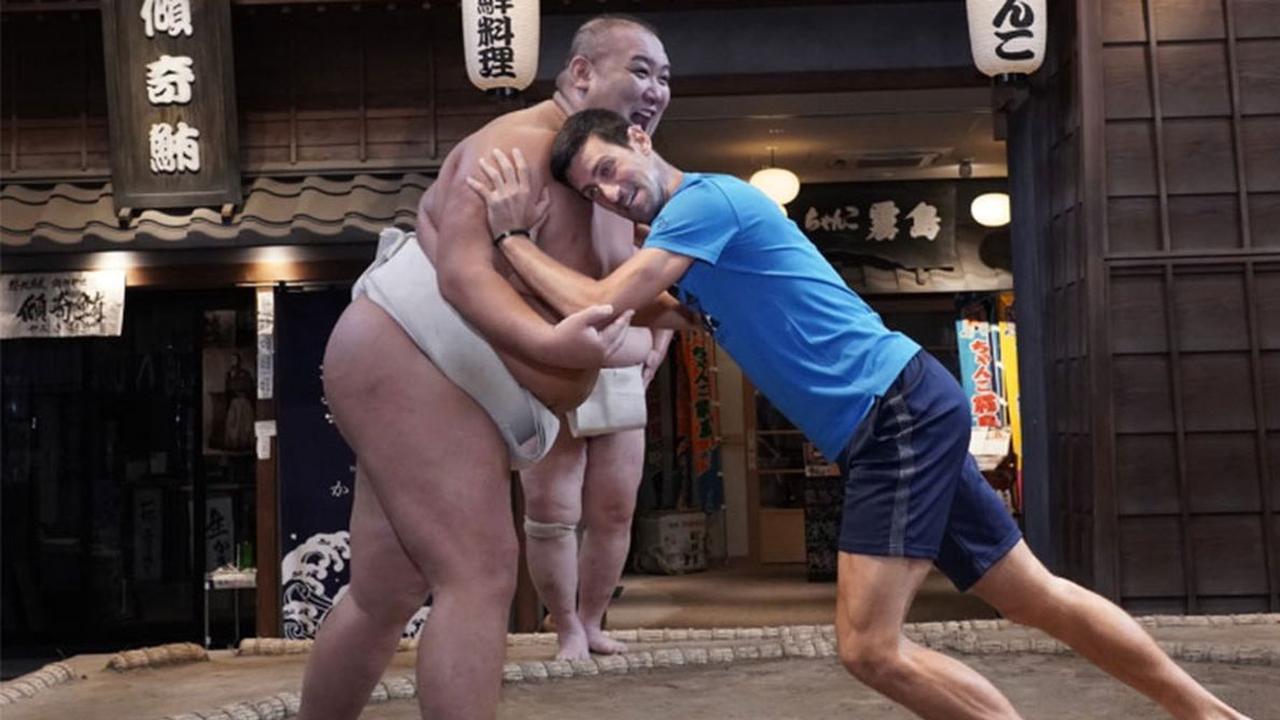 Djokovic poogt sumoworstelaar omver te duwen in Japan