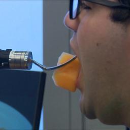 Slimme robot met vorkarm helpt mensen met eten