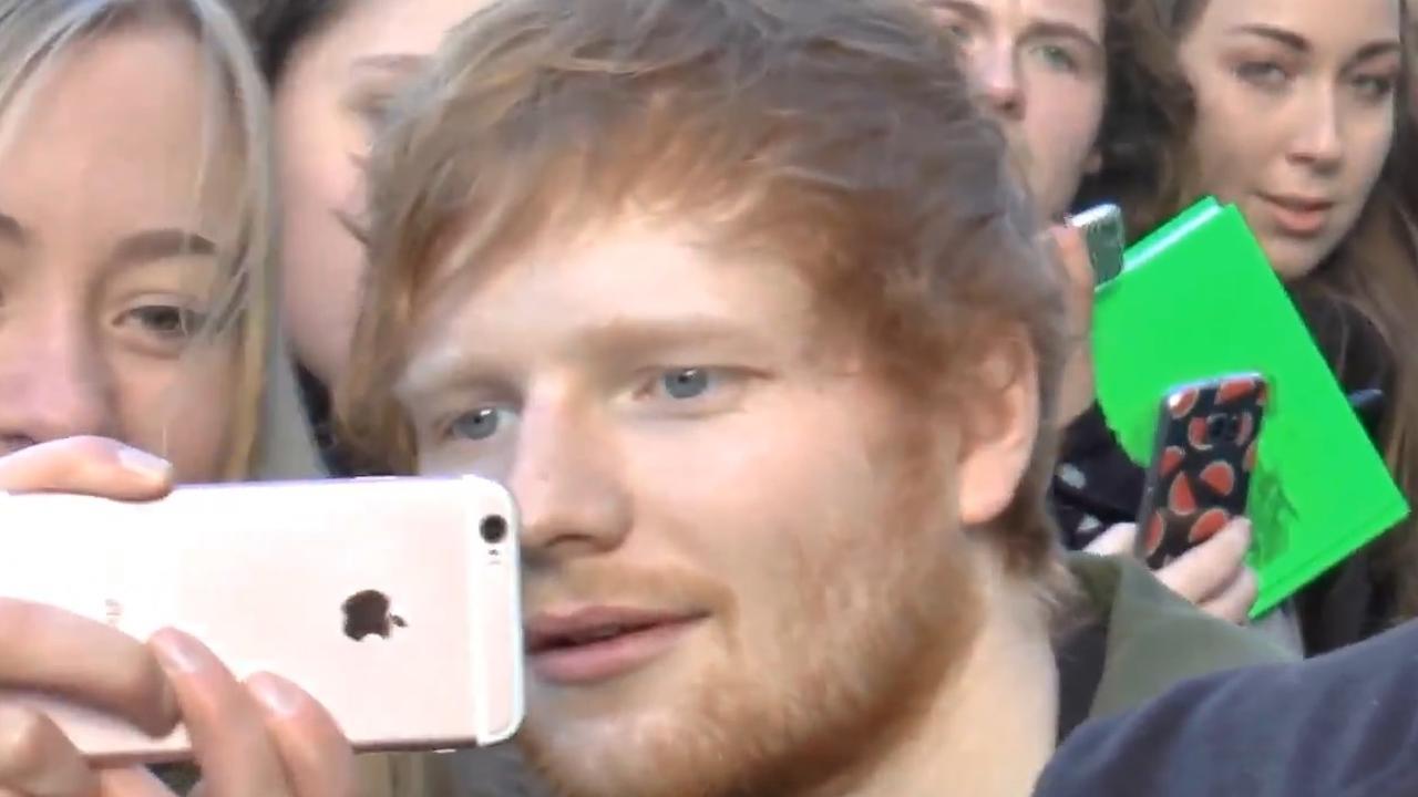 Ed Sheeran begroet fans op Rembrandtplein