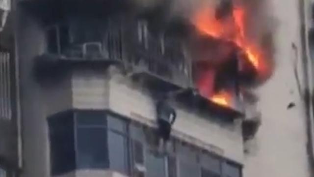 Chinese man ontsnapt uit raam brandend appartement