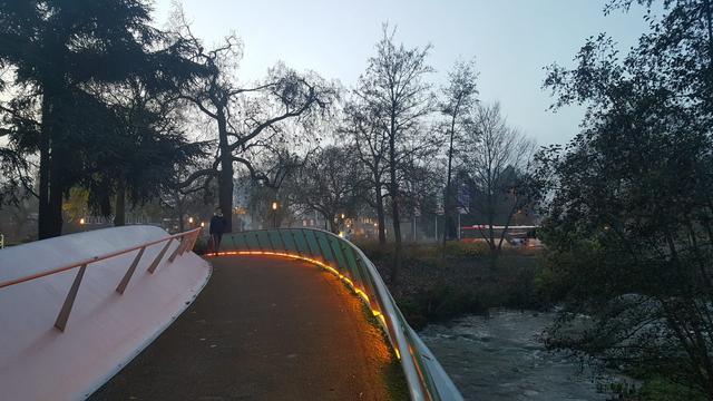 Gebouwen en bruggen in Eindhoven oranje verlicht tegen vrouwengeweld