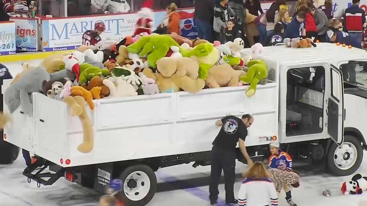 IJshockeyfans in VS gooien duizenden knuffels op ijs na goal