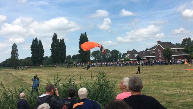 Commissaris van de Koning maakt parachutelanding in Terheijden