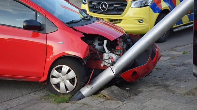 Automobilist rijdt lantaarnpaal omver in Leiderdorp