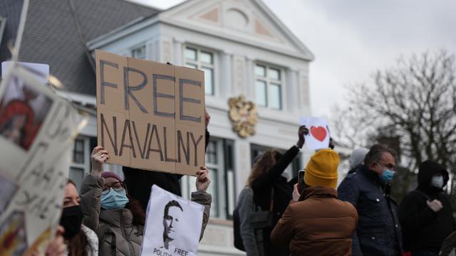 Para pengunjuk rasa memohon pembebasan Navalny selama protes di luar Kedutaan Besar Rusia di Den Haag.