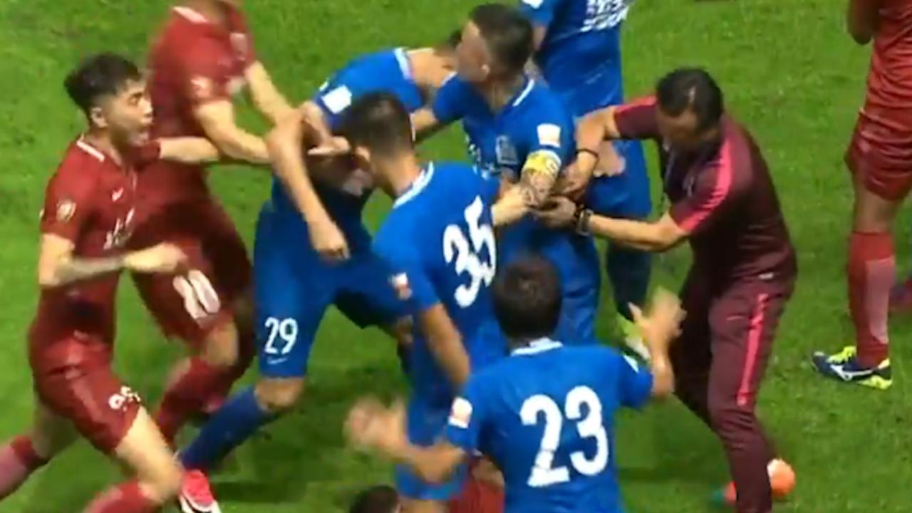 Vechtpartij in China bij duel tussen Guangzhou R&F-Shanghai SIPG