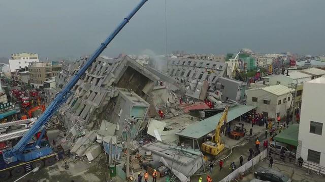 Nog altijd 132 mensen vast onder puin ingestort Taiwanees flatgebouw