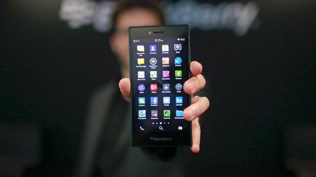 BlackBerry draait fors verlies op dalende omzet