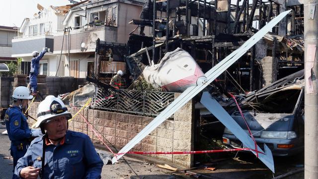 Klein vliegtuig stort neer in woonwijk Tokio