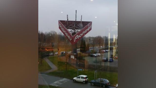 Grote reclamezuil waait omver in Almere