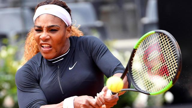 Serena Williams viert rentree op gravel in Rome met solide zege