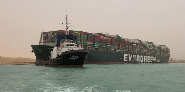 Nederlands bedrijf helpt containerschip in Suezkanaal vlottrekken