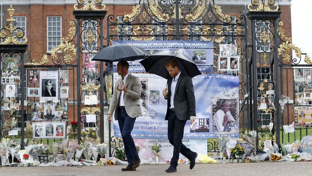 William en Harry herdenken overleden moeder Diana in Kensington Palace