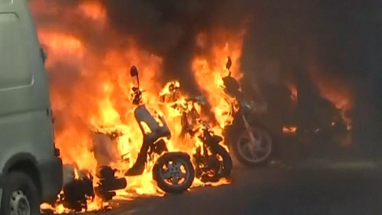 'Gele Hesjes' steken voertuigen in brand in Parijs