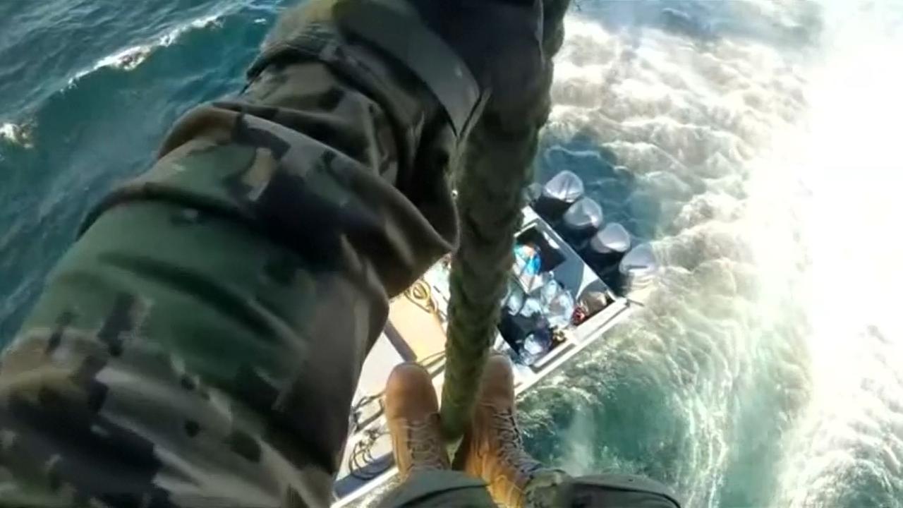 Mariniers springen uit helikopter op drugsboot bij Mexico