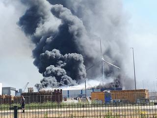 Brandweer heeft opgeschaald naar een zeer grote brand