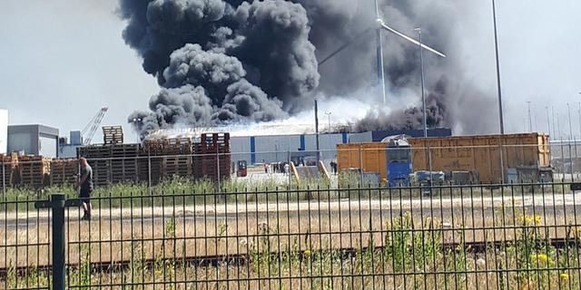 Gewonde bij grote brand op industrieterrein in Zeeuwse Ritthem
