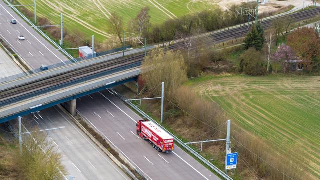 Dado que el camión también puede circular por sus propios medios, el cable aéreo no tiene por qué ser de una sola pieza.