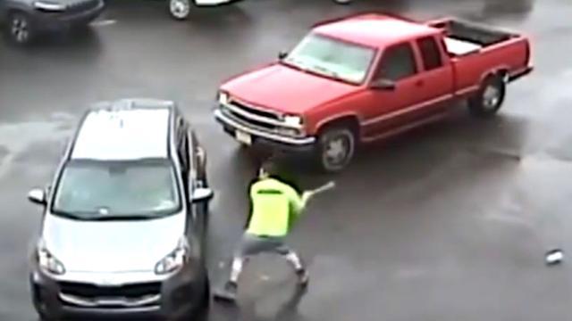 Boze automobilist in VS valt andere wagen aan met hamer