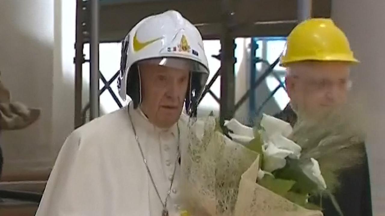 Paus draagt veiligheidshelm bij bezoek aan kathedraal