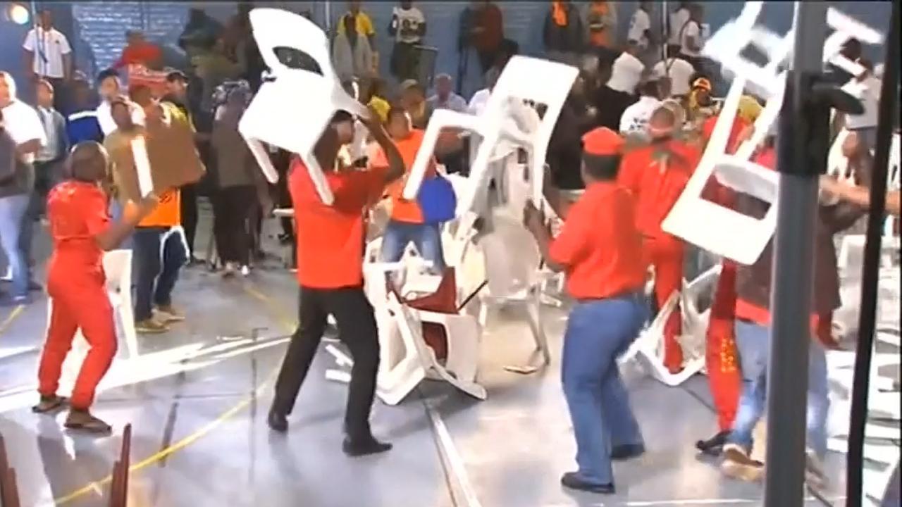 Zuid-Afrikaanse politieke partijen gooien stoelen na debat