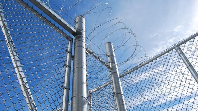 Mogelijk chroom-6 in hout bij werkplaatsen twee gevangenissen