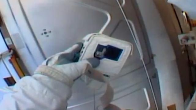 Astronaut ISS begrijpt niets van GoPro en SD-kaart