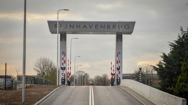 Rijnhavenbrug vanwege storing tijdelijk niet toegankelijk voor verkeer