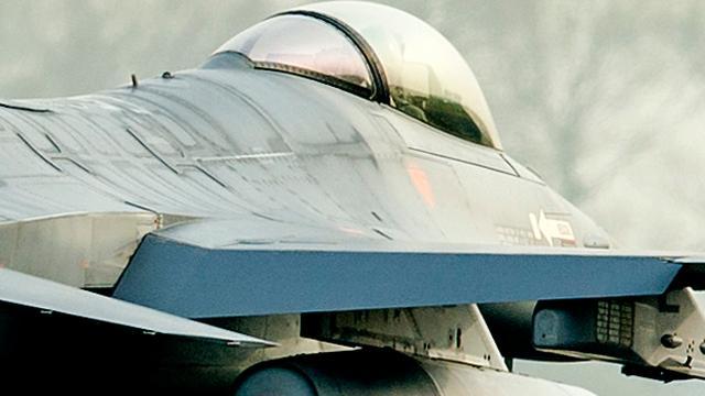 Noorse F-16 redt leven hartpatiënt door onderdeel hartmachine over te vliegen